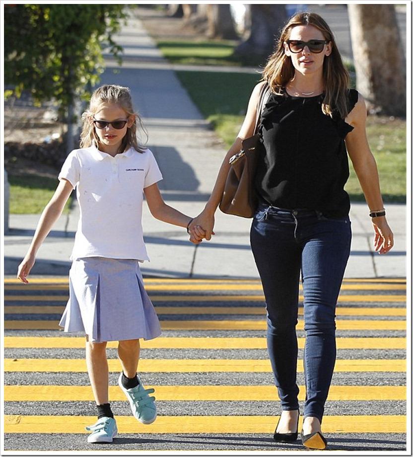 Jennifer's Garner In Mother jeans