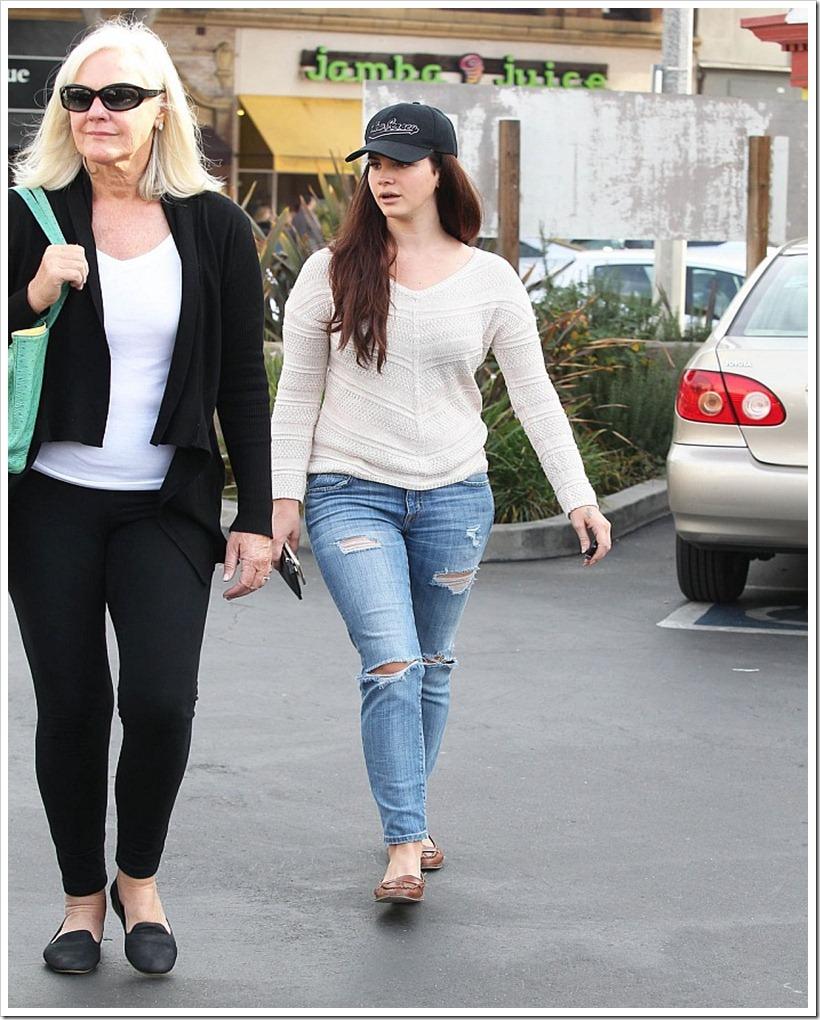 Lana Del Rey In Ripped Jeans