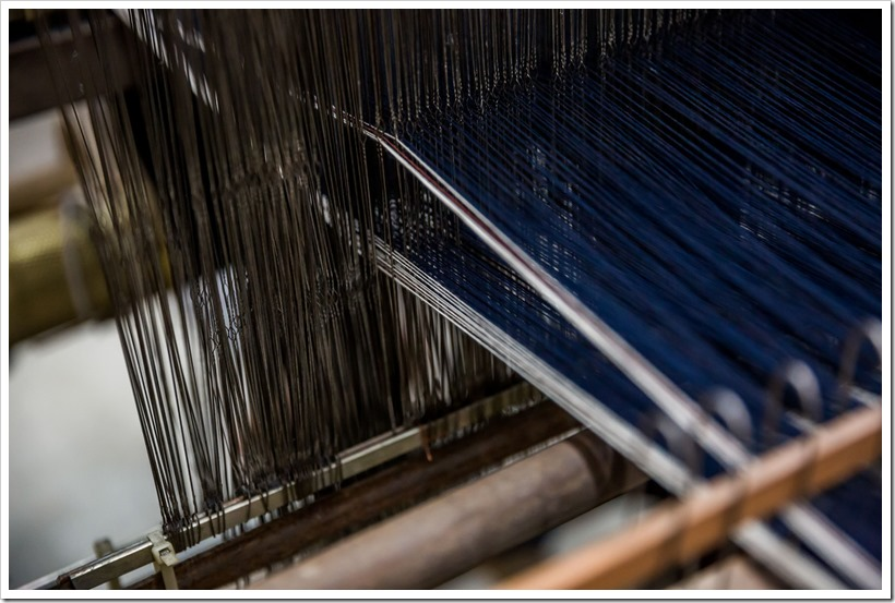 Hessnatur_weaving the classical 3ply1denim twill on handlooms